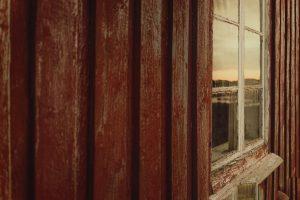 rød husvegg og vindu