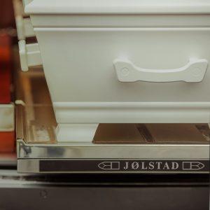 Kiste plassert i bil fra Jølstad