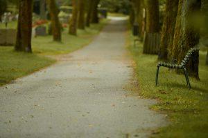 grusvei langs gravplass